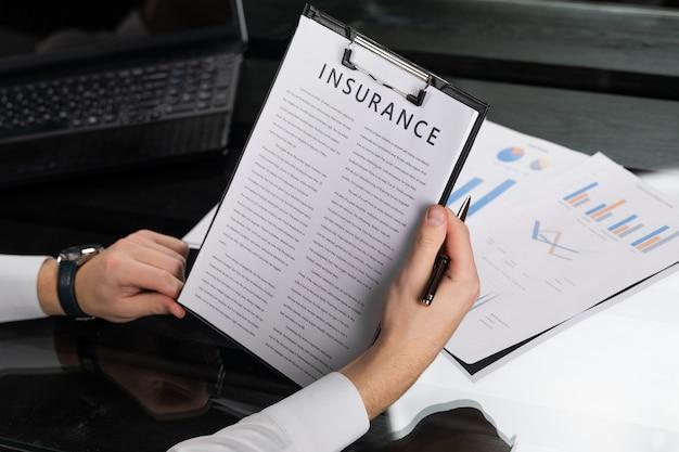 Il giovane viene a conoscenza di termini di assicurazione in ufficio luminoso