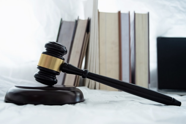 Il giudice di legno martelletto e tavola armonica messo accanto al libro accatastati