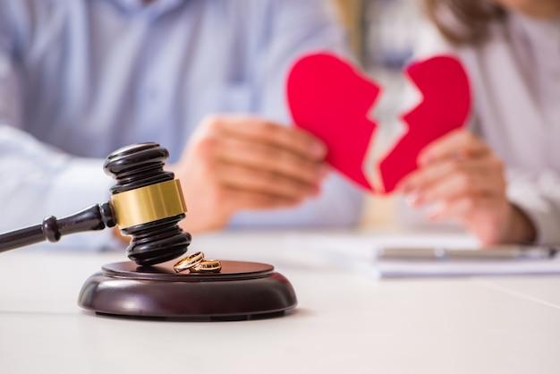 Il giudice martelletto decide sul divorzio matrimoniale