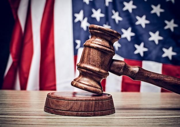 Il giudice martelletto e con bandiera usa