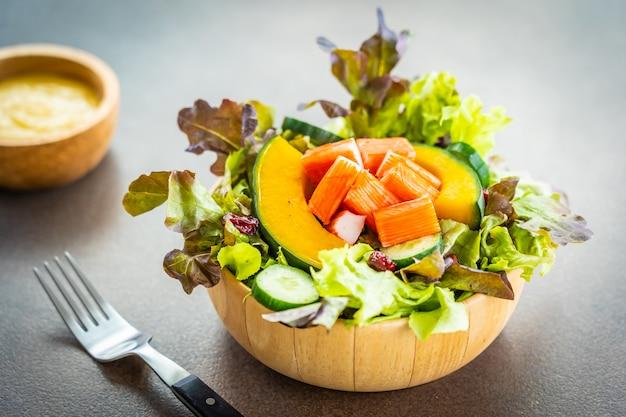 Il granchio attacca la carne con insalata di verdure fresche con salsa maionese