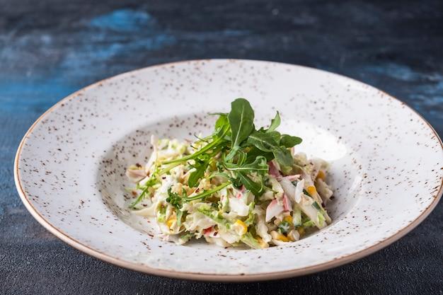 Il granchio saporito dell'insalata attacca su un piatto.