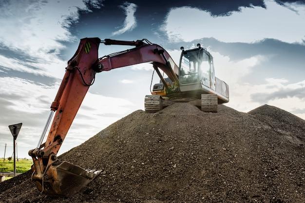 Il grande escavatore in altezza