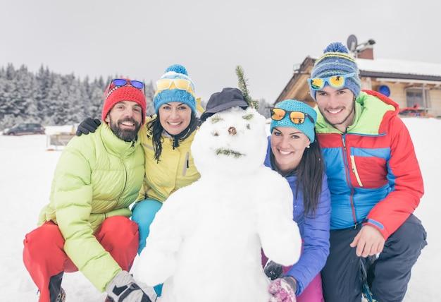 Il gruppo di amici ha fatto un pupazzo di neve