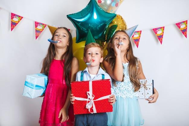 Il gruppo di bambini celebra insieme la festa di compleanno