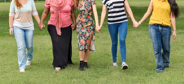 Il gruppo di donne socializza il concetto di felicità di lavoro di squadra
