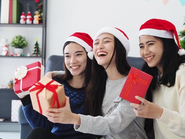 Il gruppo di gente asiatica si diverte insieme nella festa dei nuovi anni di celebrazione a casa.