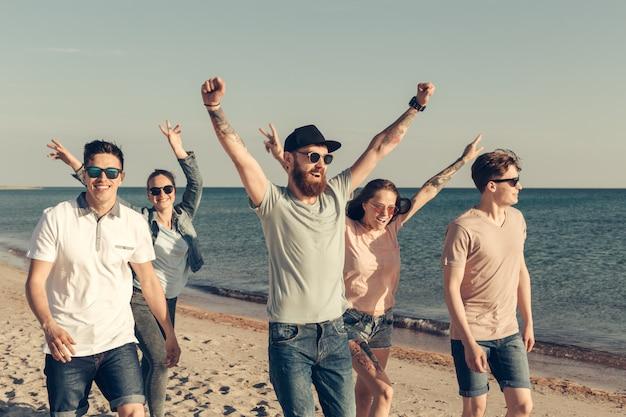 Il gruppo di giovani gode della festa estiva alla spiaggia