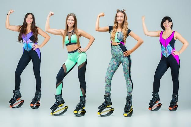 Il gruppo di ragazze, saltando sull'allenamento di kangoo