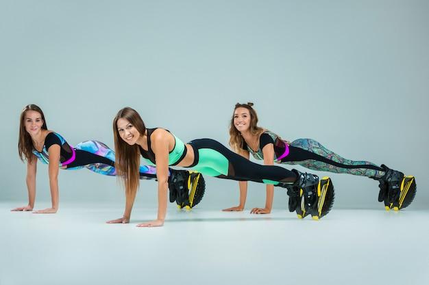 Il gruppo di ragazze, saltando sull'allenamento
