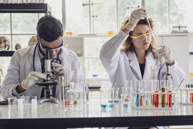 Il gruppo di scienziati di ricerca medica conduce esperimenti in laboratorio.