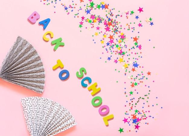 Il gruppo di scintillio variopinto stars la decorazione, il buon natale, buon anno isolato su progettazione rosa dell'oggetto della priorità bassa sulla vista superiore.