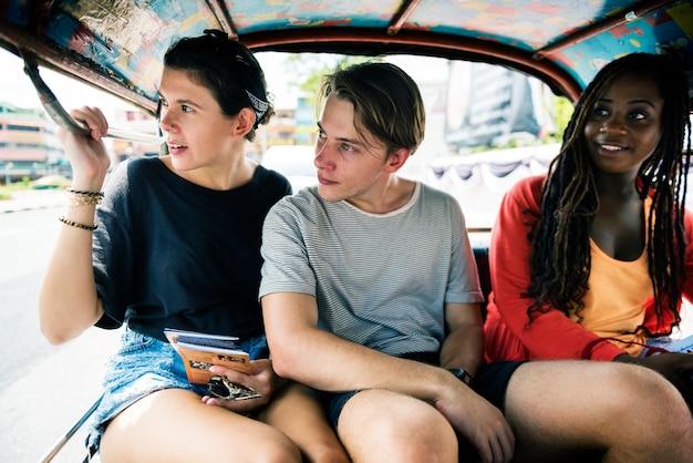 Il gruppo di turisti gode dell'azionamento del tassì del tuk del tuk del tuk