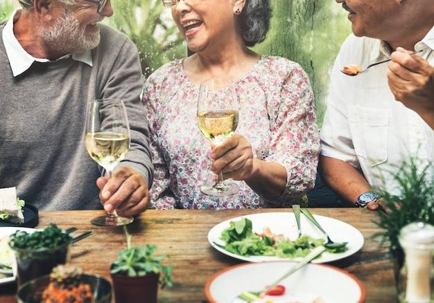 Il gruppo senior si rilassa il concetto di dinning di stile di vita
