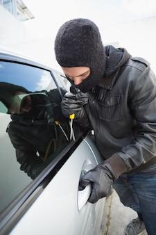 Il ladro irrompe in un'auto