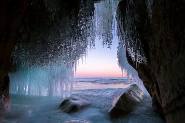 Il lago baikal è coperto di ghiaccio e neve