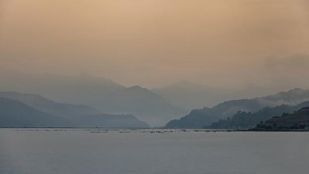 Il lago fewa con scena nuvolosa, pokhara, nepal