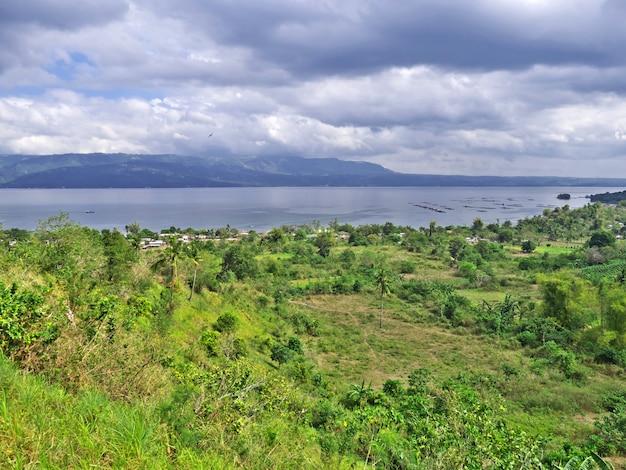 Il lago vicino al vulcano taal, nelle filippine