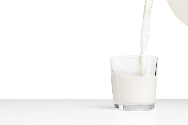 Il latte in un tavolo bianco