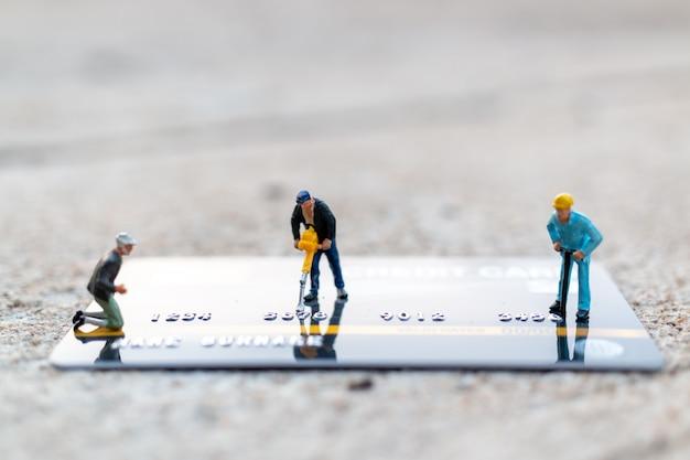 Il lavoratore sta lavorando sulla carta di credito