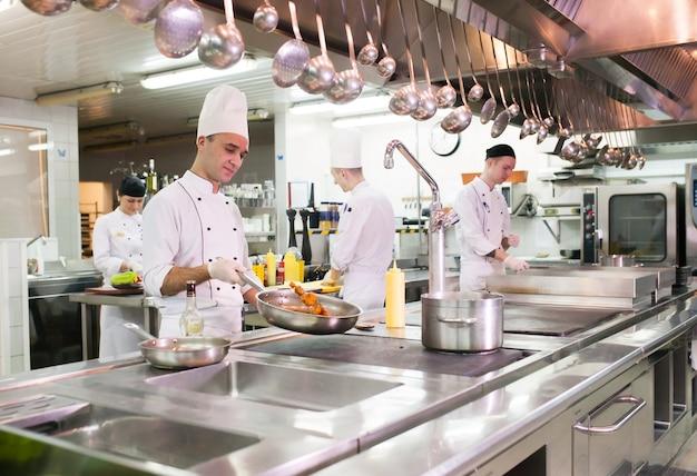 Il lavoro del cuoco nella cucina del ristorante.