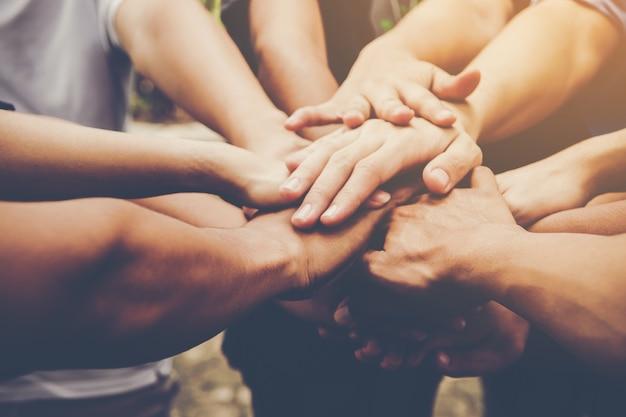 Il lavoro di squadra di affari si unisce alle mani. concetto di lavoro di squadra di affari