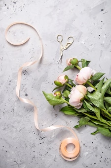 Il lavoro di un fioraio professionista per creare bouquet