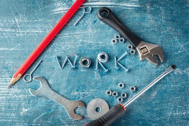 Il lavoro è scritto da bulloni, viti, svermami, chiavi metalliche
