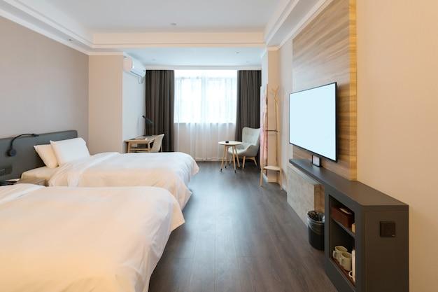 Il letto nella camera dell'hotel espresso