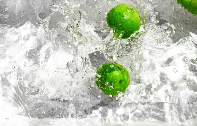 Il limone spruzza in acqua