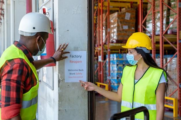 Il magazziniere grup è contento di riaprire la fabbrica, bentornato a causa della pandemia 19 e la situazione attuale è migliore.