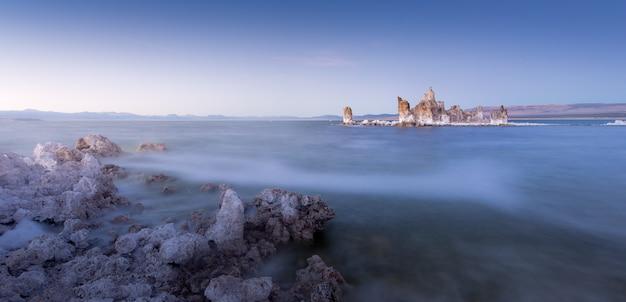 Il magico tramonto del lago mono, california