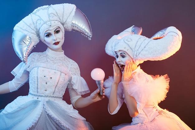 Il mago dell'esecutore circense mostra trucchi con bolle di sapone.