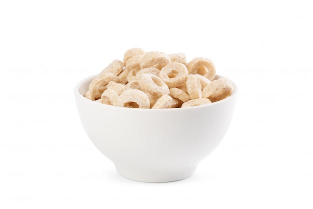 Il mais suona per la colazione in una ciotola isolata su fondo bianco