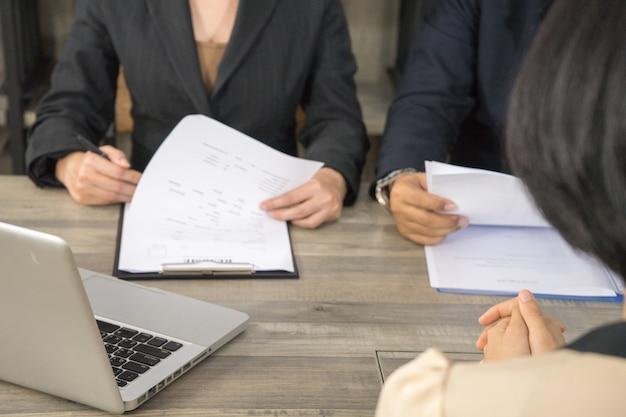 Il manager ha letto il curriculum e l'applicazione dalla revisione per il nuovo datore di lavoro