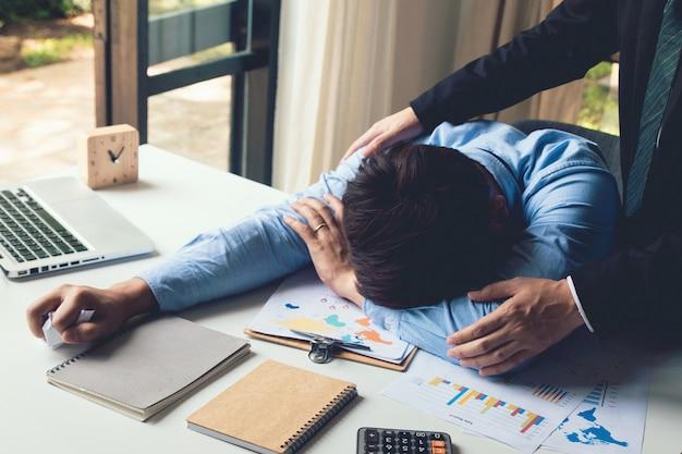 Il manager incoraggia e parla con l'uomo d'affari che ha legato e stressato il lavoro aziendale, leader positivo. concetto di incoraggiamento