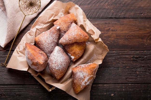 Il mandazi è un cibo di strada dell'africa orientale leggermente dolce. vista dall'alto dall'alto