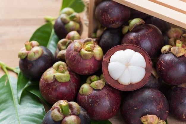 Il mangostano fresco fruttifica sul piano d'appoggio di legno, regina di frutta in tailandia
