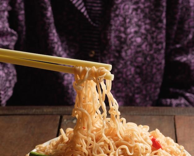 Il manico delle bacchette e gli spaghetti istantanei