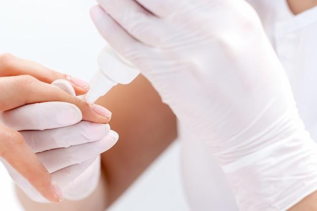 Il manicure usa lo strumento per manicure