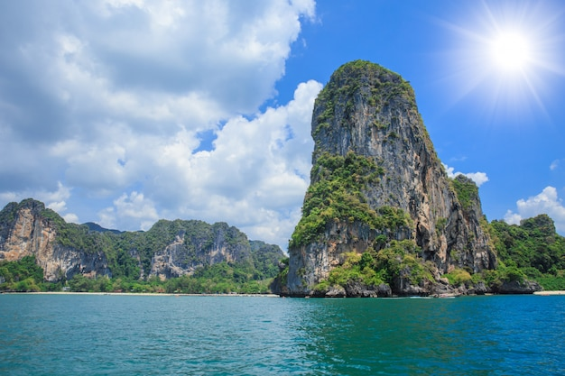 Il mare della tailandia e l'isola viaggiano la vista sul mare dell'oceano a krabi nel giorno di stagione estiva