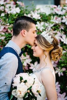 Il marito abbraccia e bacia la donna sulla fronte.