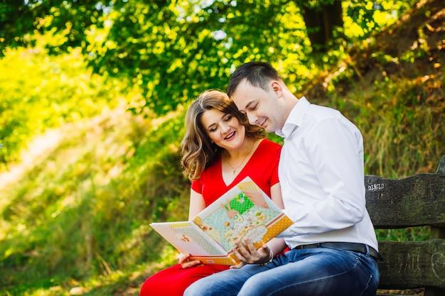 Il marito con la moglie incinta seduta sulla panchina