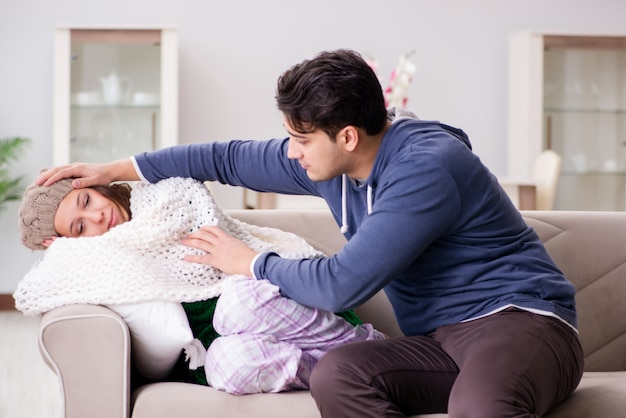 Il marito si prende cura della moglie malata