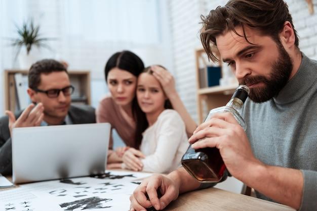 Il marito tratta l'alcolismo nell'ufficio dello psicologo