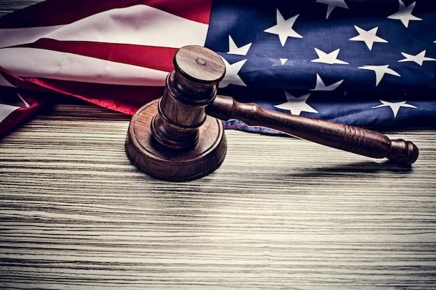 Il martelletto del giudice e con la bandiera degli stati uniti