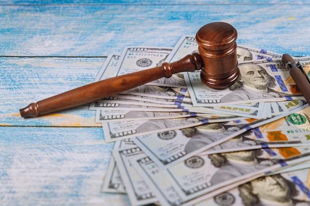 Il martelletto del giudice, le banconote in dollari americani sul business, finanziano la corruzione e il crimine finanziario