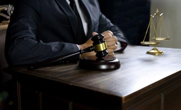 Il martelletto dell'avvocato del giudice lavora in ufficio