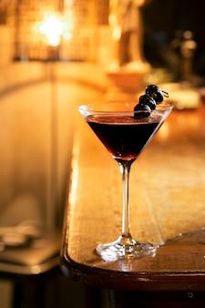 Il martini espresso serve sul tavolo del bar