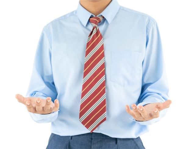 Il maschio che porta il raggiungimento della camicia blu distribuisce